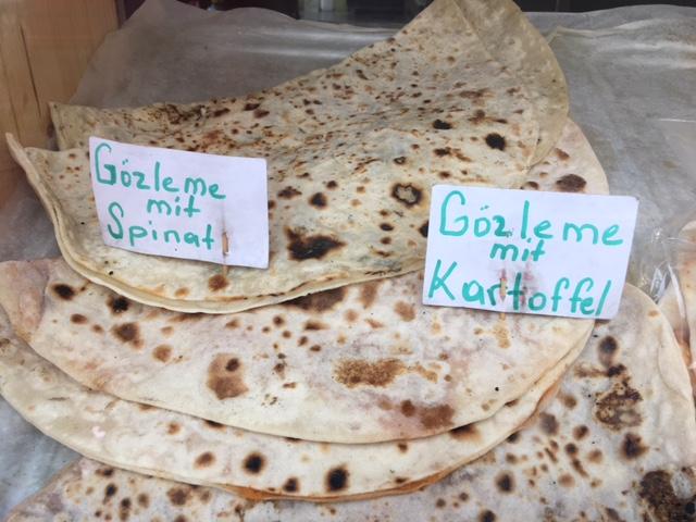 Gözleme sind eine türkische Spezialität. Dabei handelt es sich um dünne, würzig gefüllte Fladenbrote aus Yufka-Teig.