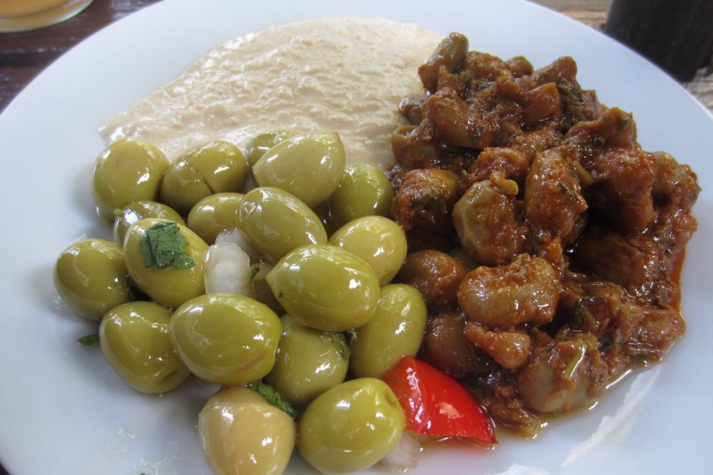 """Die Vorspeisen, Weißbrot, Oliven, weiße Bohnen und Hummus, gehen in dem kleinen Lokal """"La Grilladine"""" in Oberbilk stets aufs Haus."""