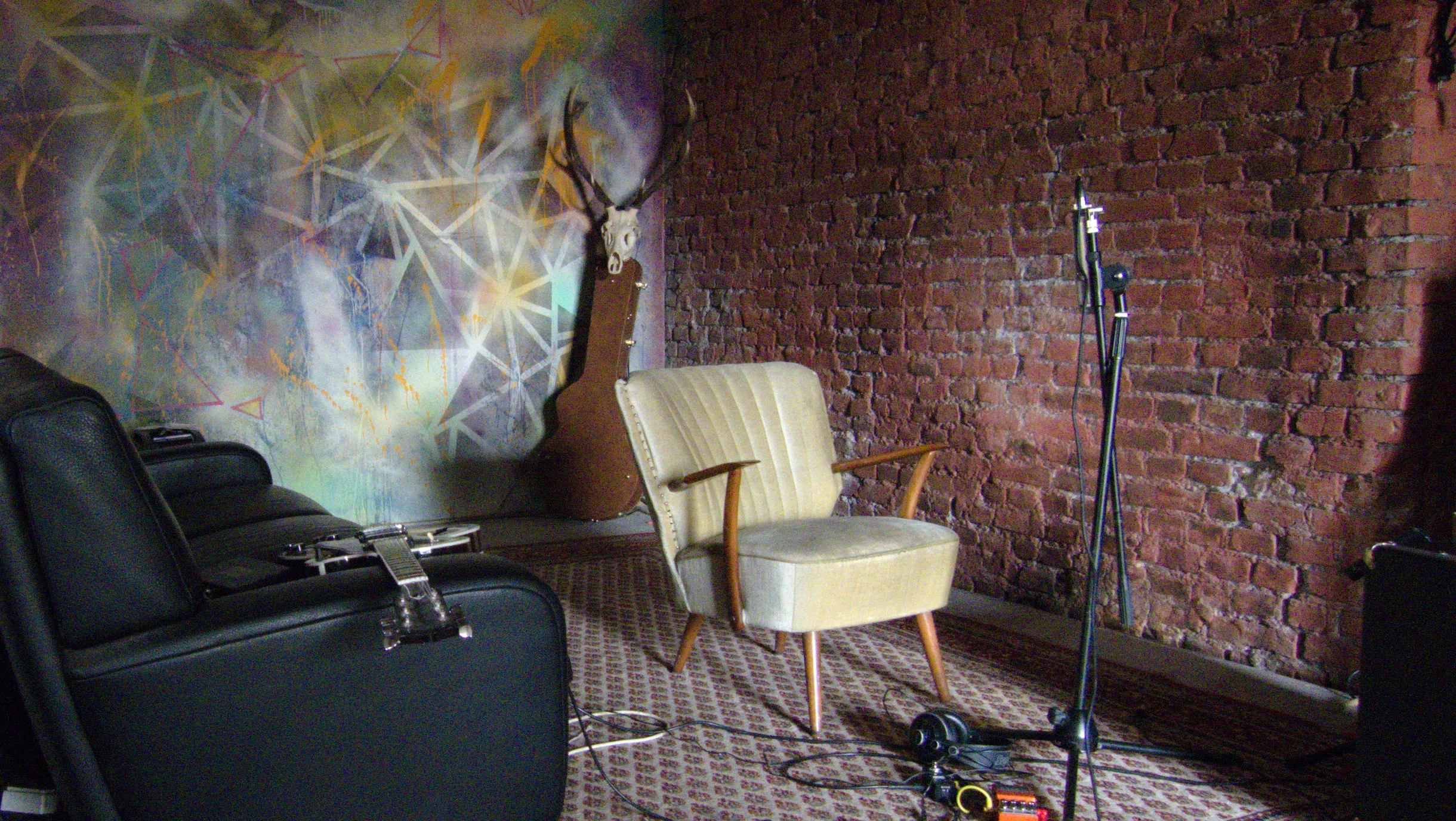 """Interior of the """"Bakery"""" jazz cellar in Bochum. An empty armchair stands in front of a microphone."""
