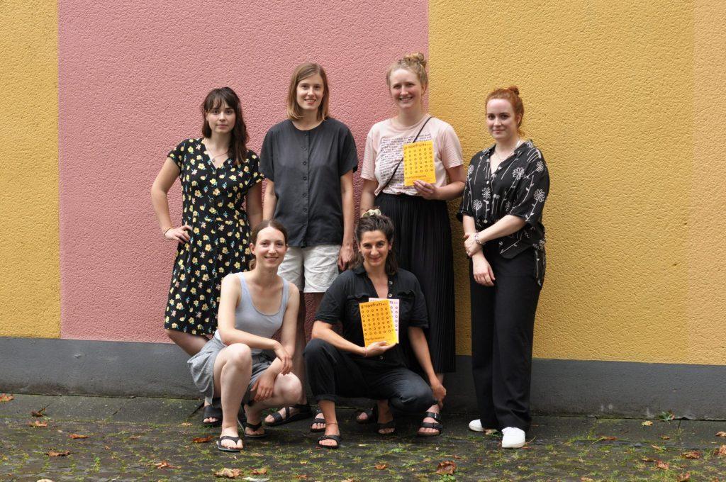 Das Team vom grapefruit fanzine mit Magazinen.
